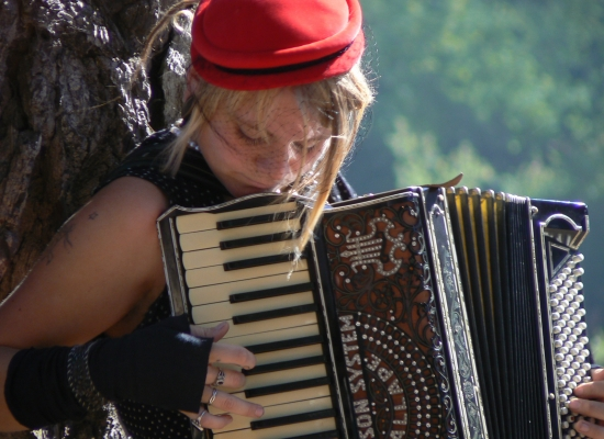 Woman_playing_accordion